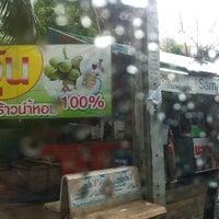 Photo taken at ลุงใจดี มะพร้าวน้ำหอมสามพราน by Jruxxy N. on 6/4/2012