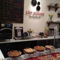 5/5/2012 tarihinde Tiffany L.ziyaretçi tarafından Pie Sisters'de çekilen fotoğraf
