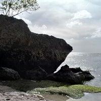 Снимок сделан в Padang-Padang Beach пользователем komang s. 7/7/2012