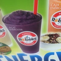 Photo taken at Robeks Fresh Juices & Smoothies by Warren G. on 5/4/2012