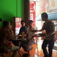 Photo taken at Ayam Bakar Maknyuusss by Ari S. on 4/30/2012