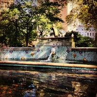 Foto tomada en Rittenhouse Square Fountain por Leslie B. el 8/30/2012