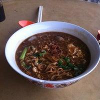 Photo taken at 新南香咖啡店@驰名吉隆坡卤伊面 by ✈ Chiangbak ®. on 7/23/2012
