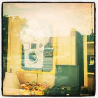 รูปภาพถ่ายที่ Off The Wall โดย Alissa B. เมื่อ 6/3/2012