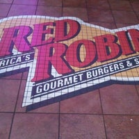 Photo taken at Red Robin Gourmet Burgers by ⓢⓤⓐⓝⓨ❤ on 8/28/2011