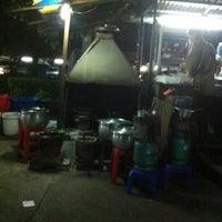 Photo taken at ส้มตำคุณตี๋ by Soraya M. on 3/5/2012