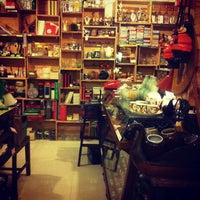 Foto tirada no(a) Books Actually por Jess J. em 8/17/2012