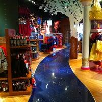 Foto tomada en Disney Store por AntonioGarcía el 8/13/2012