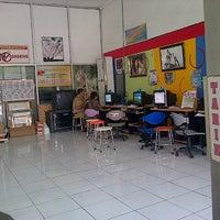 Photo taken at Angkasa Digital Printing by Arifta W. on 9/11/2012