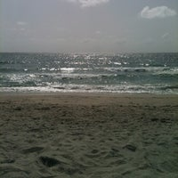 Foto tirada no(a) Spanish River Beach por Dana B. em 7/19/2012