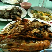 Photo taken at Je Liep Seafood by Bird H. on 8/20/2011
