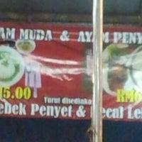 Photo taken at Kedai Nasi Ayam Penyet Jawa by Azli A. on 1/15/2012