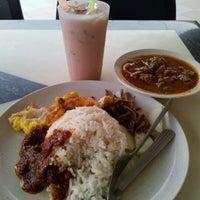 Photo taken at Restoran Riayas Maju by Tanglung's T. on 5/21/2012
