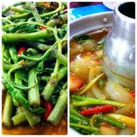 Photo taken at ร้านอาหารบ้านกำนัน by Nueng M. on 9/8/2012