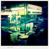 Photo taken at ก๋วยเตี๋ยวมีชัย by T'ee V. on 8/2/2011