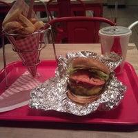 Das Foto wurde bei F. Ottomanelli Burgers and Belgian Fries von Tisha B. am 1/31/2012 aufgenommen