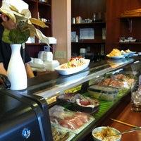 Photo taken at Sushi En by Dawn N. on 5/13/2012
