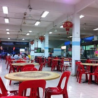 Photo taken at BFC Food Centre 丽雅美食中心 by Rong Jun B. on 9/11/2011