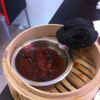Photo taken at Hin Kee Hong Kong Dim Sum by Wei siang A. on 11/7/2011