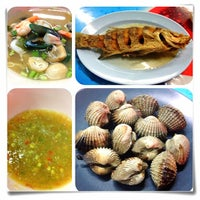 Photo taken at ทะเลริมทาง Seafood by Nuttaporn R. on 5/13/2012