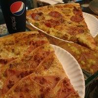 Foto tomada en Monster Pizza por Rene S. el 11/9/2011