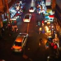 Photo taken at ข้าวมันไก่แชมป์โลก by 244f on 2/20/2012