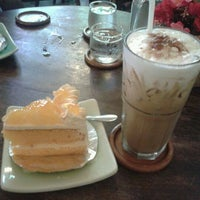Photo taken at Mai Bakery In The Garden (ไหม เบเกอรี่) by Patcha S. on 7/8/2012