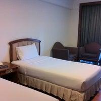 Photo taken at Kanmanee Palace Hotel by Jang S. on 11/18/2011