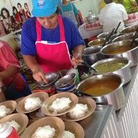 รูปภาพถ่ายที่ ร้าน ขนมจีน ป้ามัย ( เจ้าเก่า ) โดย Jane T. เมื่อ 4/27/2012