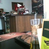 Photo taken at Supremo Arábica - Café & Chocolate by Valter B. on 3/29/2012