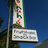 Foto diambil di Jonah's Fruitshake and Snackbar oleh Janet pada 5/6/2012
