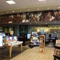 Foto tirada no(a) Barnes & Noble por Mônica M. em 7/2/2012