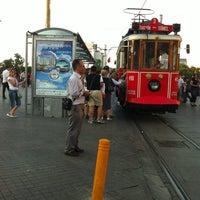 Foto diambil di Taksim Tramvay Durağı oleh Nes Q. pada 6/22/2012