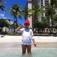 Снимок сделан в Aston Waikiki Beach Hotel пользователем Lesley K. 8/1/2012