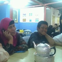 Photo taken at Sri Tom Yam & Seafood by Ali Yahaya A. on 1/13/2012