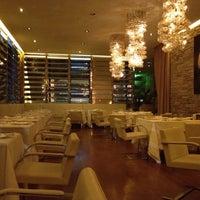 Foto tirada no(a) Dolce & Gabbana Gold Restaurant por Ling C. em 11/28/2011