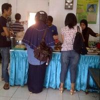 Photo taken at Nasi Pecel Pincuk & Tepo Bu Is by Ferdinando R. on 10/22/2011