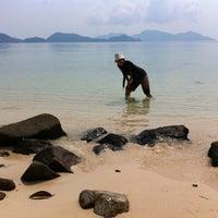 Photo taken at โรงแรมเกาะเหลายารีสอร์ท by Achanai B. on 4/2/2011
