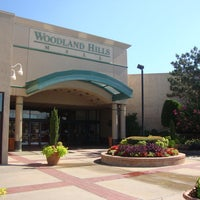 รูปภาพถ่ายที่ Woodland Hills Mall โดย TravelOK เมื่อ 1/19/2012