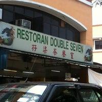 Photo taken at Restoran Double Seven (孖漆茶餐室) by Gladys C. on 1/20/2011