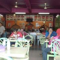 Foto tirada no(a) Matt Cafe por Mohd H. em 9/2/2012