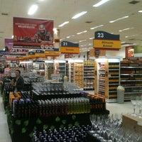 Foto tirada no(a) Supermercado Angeloni por Rafael A. em 6/28/2012