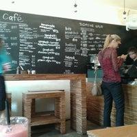 Photo prise au Kith Café par Poh Y. le3/13/2012