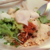 Photo taken at ก๋วยเตี๋ยวปลานายใบ้ ชินเขต by Phumiphut P. on 4/2/2012