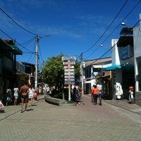 Foto tirada no(a) Calçadão de Porto de Galinhas por Alvaro S. em 7/19/2012