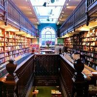 Foto tomada en Daunt Books por Lauren T. el 8/29/2012