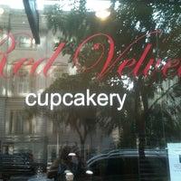 Foto tomada en Red Velvet Cupcakery por Phil el 5/15/2012