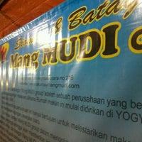 Photo taken at Siomay & Batagor Mang Mudi by Ghal H. on 7/9/2012
