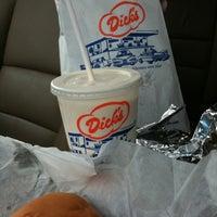 Foto tomada en Dick's Drive-In por Tricia E. el 10/29/2011