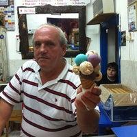 รูปภาพถ่ายที่ Girit Sakız Dondurmacısı Nazmi Usta โดย Damla Ş. เมื่อ 9/1/2011